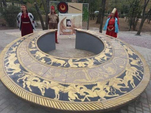 😮Гігантська пектораль. У Нікополі відкрили інсталяцію на честь золотої скіфської пекторалі.